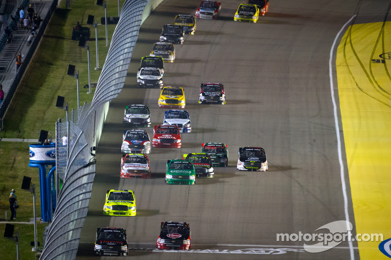 Kyle Larson, Earnhardt Ganassi Racing Chevrolet and Cale Gale, Eddie Sharp Racing Chevrolet battle