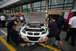 Mechanics work on the car of Stefano D'aste, BMW 320 TC, Wiechers-Sport