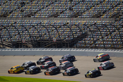 Joey Logano, Penske Racing Ford, Carl Edwards, Roush Fenway Racing Ford, Jamie McMurray, Earnhardt Ganassi Racing Chevrolet lead a group of cars