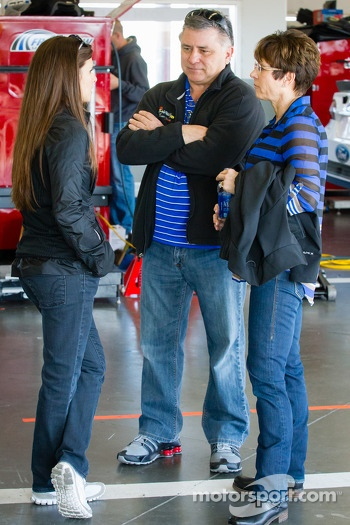 Danica Patrick, Stewart-Haas Racing Chevrolet with her mother Bev and father T.J.