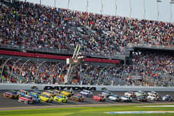 Start: Jeff Gordon, Hendrick Motorsports Chevrolet and Ryan Newman, Stewart-Haas Racing Chevrolet lead the field