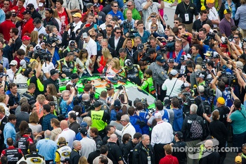 Crowd around Danica Patrick, Stewart-Haas Racing Chevrolet