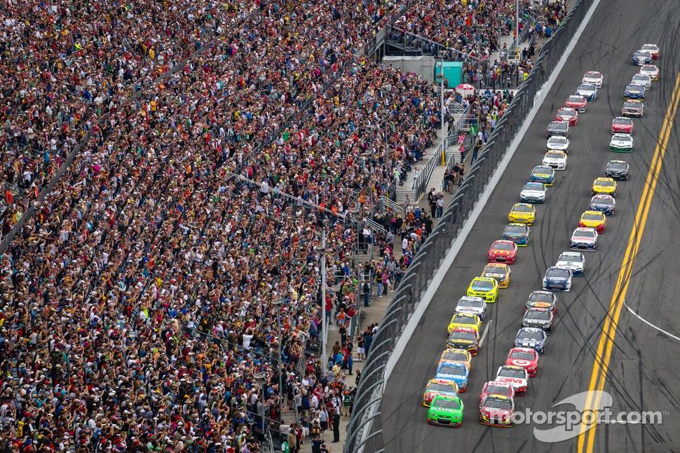 Start: Danica Patrick, Stewart-Haas Racing Chevrolet and Jeff Gordon, Hendrick Motorsports Chevrolet lead the field to the green flag