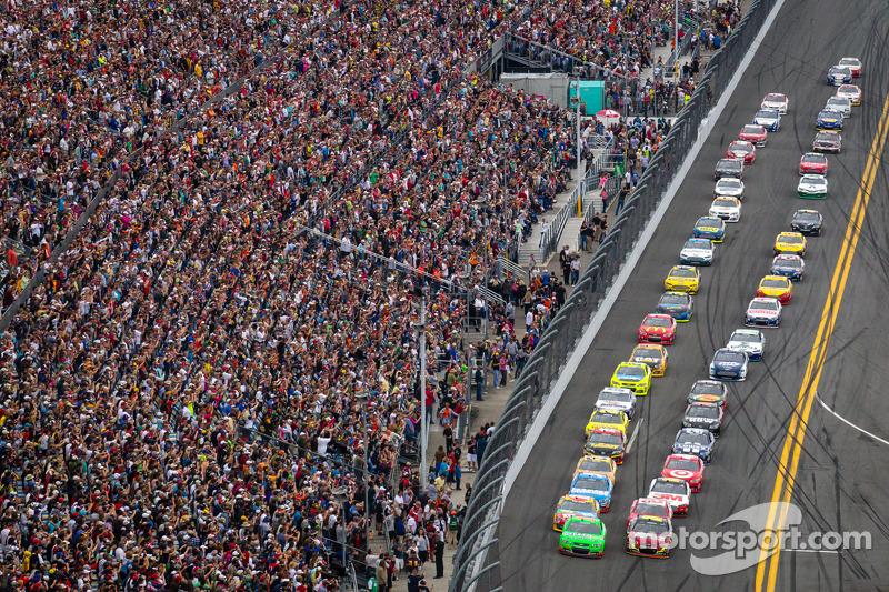 Start: Danica Patrick, Stewart-Haas Racing, Chevrolet und Jeff Gordon, Hendrick Motorsports, Chevrolet führen das Feld an