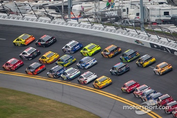 Matt Kenseth, Joe Gibbs Racing Toyota leads a group of cars