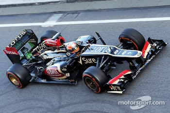 Romain Grosjean, Lotus F1 E21 running flow-vis paint on the rear wing