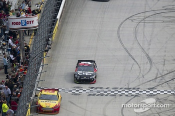Kasey Kahne, Hendrick Motorsports Chevrolet takes the checkered flag