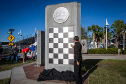 Dan Wheldon Memorial and Victory Circle unveiling ceremony: Helio Castroneves put the first plaque for his 2012 win