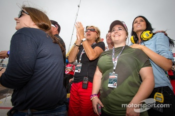 Kirsten Dee, girlfriend of James Hinchcliffe, watches the end of the race with Holly Wheldon, James' mom Arlene Hinchcliffe, James' sister Rebecca Hinchcliffe, James' dad Jeremy Hinchcliffe