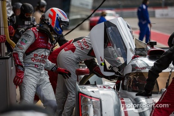 Marcel Fssler helping Andre Lotterer get in the #1 Audi