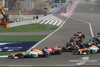 Paul di Resta, Sahara Force India VJM06 leads Felipe Massa, Ferrari F138 at the start of the race