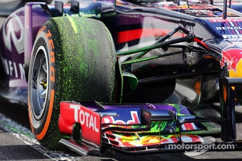 Sebastian Vettel, Red Bull Racing RB9 running flow-vis paint on the front wing