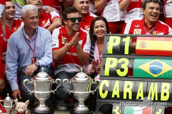 Race winner Fernando Alonso, Ferrari celebrates with the team