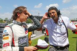 (L to R): Esteban Gutierrez, Sauber with Francesco Nenci, Sauber Race Engineer on the grid