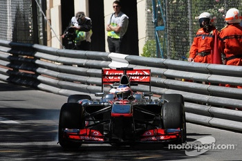 Jenson Button, McLaren MP4-28 locks up under braking