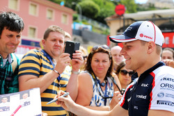 Valtteri Bottas, Williams signs autographs for the fans