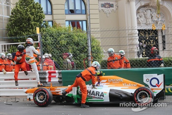 Adrian Sutil, Sahara Force India VJM06 crashes in the third practice session