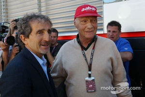 (L to R): Alain Prost, with Niki Lauda, Mercedes Non-Executive Chairman