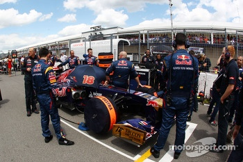 Jean-Eric Vergne, Scuderia Toro Rosso STR8 on the grid