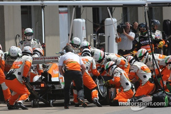 Adrian Sutil, Sahara Force India F1 Team  during pitstop