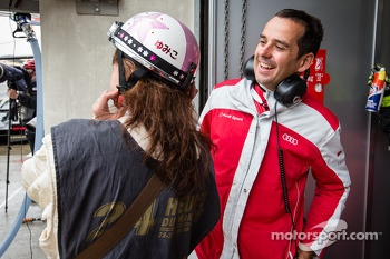 Benoit Tréluyer enjoys the pit helmet of a Japanese reporter