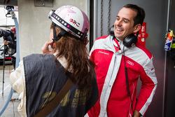 Benoit Tréluyer enjoys the pit helmet of a Japanese reporter