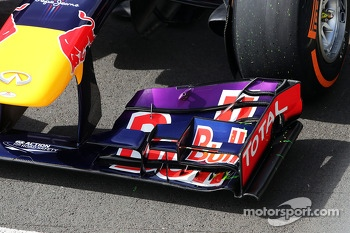 Red Bull Racing RB9 front wing of Mark Webber, Red Bull Racing running flow-vis paint