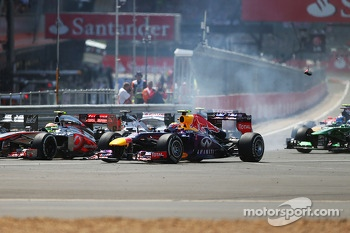 Mark Webber, Red Bull Racing RB9 runs wide at the start of the race