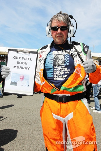 Neil Dickie Sahara Force India F1 Team with a message of support for Murray Walker on the grid