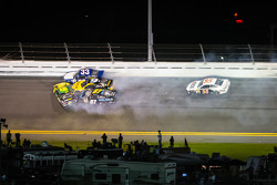 Carl Edwards, Roush Fenway Racing Ford, Landon Cassill, Marcos Ambrose, Richard Petty Motorsports Ford, Joe Nemechek, NEMCO Motorsports Toyota crash