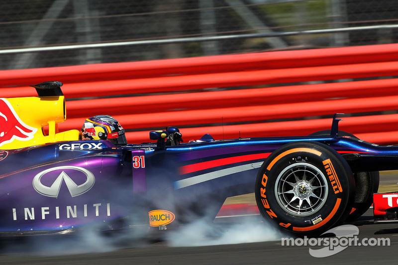 Carlos Sainz Jr., Red Bull Racing RB9 Test Driver locks up under braking