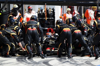Kimi Raikkonen, Lotus F1 E21 makes a pit stop