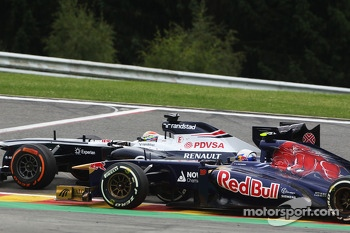 Pastor Maldonado, Williams and Daniel Ricciardo, Scuderia Toro Rosso battle for position