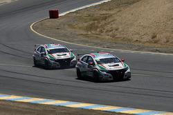 Tiago Monteiro, Honda Civic Super 2000 TC, Honda Racing Team Jas leads Gabriele Tarquini, Honda Civic, Honda Racing Team J.A.S.