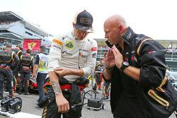 Kimi Raikkonen, Lotus F1 Team with Mark Arnall, Personal Trainer on the grid