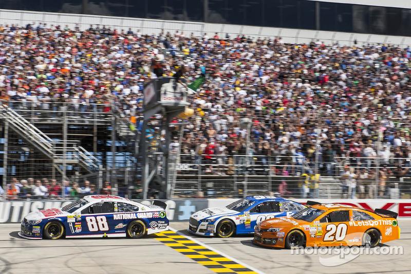 Start: Dale Earnhardt Jr. leads