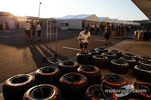 Sauber mechanic with Pirelli tyres in the paddock