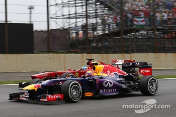 Mark Webber, Red Bull Racing RB9 and Fernando Alonso, Ferrari F138 battle for position