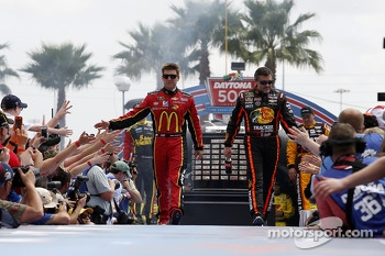 Jamie McMurray, Ganassi Racing Chevrolet and Tony Stewart, Stewart-Haas Racing Chevrolet