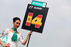 Fernando Alonso (ESP), Scuderia Ferrari, grid girl 30