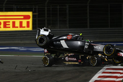 Esteban Gutierrez, Sauber and Pastor Maldonado, Lotus F1 Team crash as turn 1