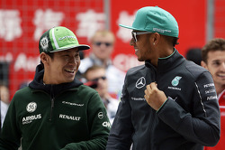 Kamui Kobayashi, Caterham with Lewis Hamilton, Mercedes AMG F1 on the drivers parade.