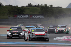 Sébastien Loeb, Citroën C-Elysee WTCC, Citroën Total WTCC leads Gianni Morbidelli, Chevrolet RML Cruze TC1, ALL-INKL_COM Munnich Motorsport
