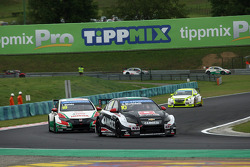 Gianni Morbidelli, Chevrolet RML Cruze TC1, ALL-INKL_COM Munnich Motorsport leads Tiago Monteiro, Honda Civic WTCC, Castrol Honda WTCC Team