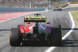 Kimi Raikkonen, Ferrari F14-T running flow-vis paint on the rear wing