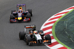 Sergio Perez, Sahara Force India F1 VJM07 leads Daniel Ricciardo, Red Bull Racing RB10
