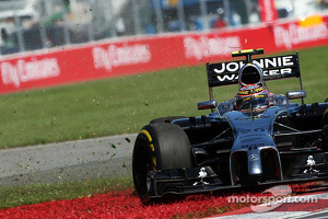 Kevin Magnussen, McLaren MP4-29 spins