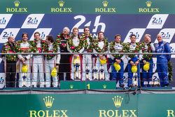 LMP2组领奖台:组别冠军西蒙·多兰,哈里·廷克内尔,奥利弗·特维,亚军皮埃里·提雷,路德维希·巴代,特里斯坦·贡门迪,季军保罗-路普·夏丹,奈尔森·潘齐亚迪奇,奥利弗·韦伯