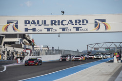 Start: #98 ART Grand Prix McLaren MP4-12C: Gregoire Demoustier, Nicolas Lapierre, Alvaro Parente leads