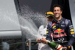 Daniel Ricciardo, Red Bull Racing and Lewis Hamilton, Mercedes AMG F1 Team